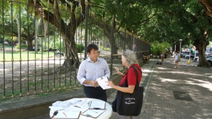 Caiado recolhe assinaturas em Ipanema para preservação de praça