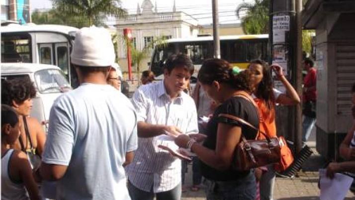 Caiado vai ao calçadão de Santa Cruz e conversa com eleitores
