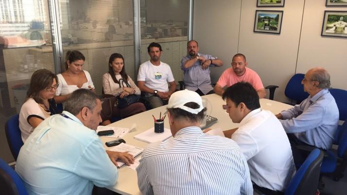 Acompanhado de um grupo de moradores, parlamentares levam demandas da população à Cedae