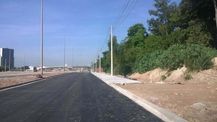 Caiado solicita construção de estacionamento ao longo da Av. Abelardo Bueno