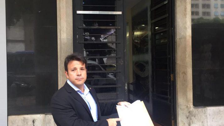 Vereador entrega abaixo-assinados contra fechamento de vias
