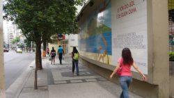 Vereador Caiado vai ao MP pela remoção do muro da Praça Sarah Kubitscheck, preservando o painel de Millôr Fernandes
