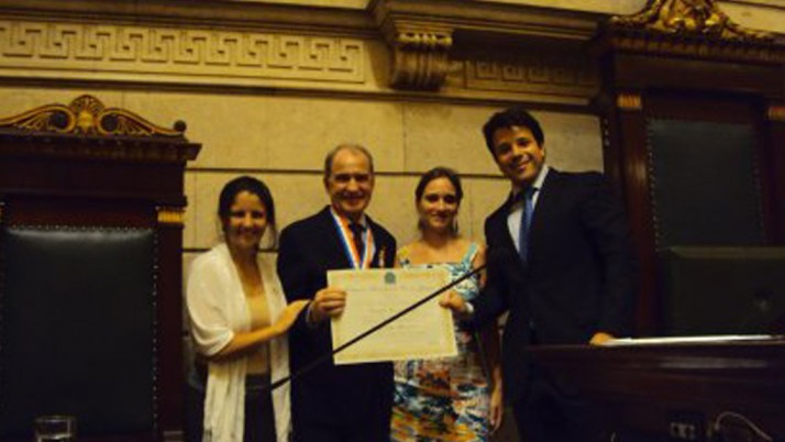Caiado entrega medalha Pedro Ernesto ao presidente do CREA-RJ