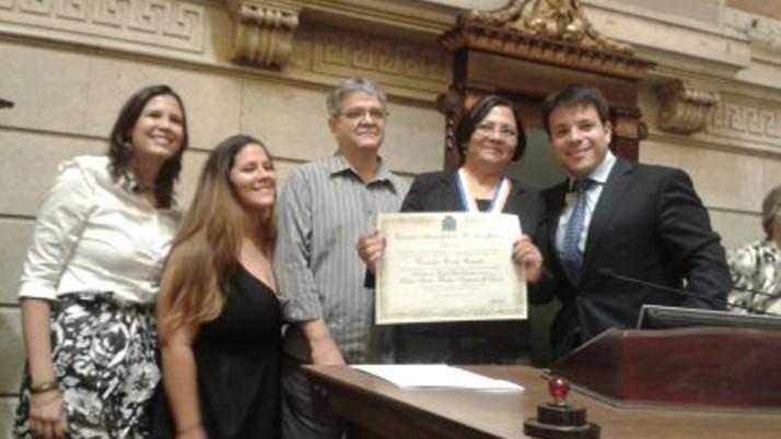 Professora com 35 anos de serviço público recebe homenagem de Caiado