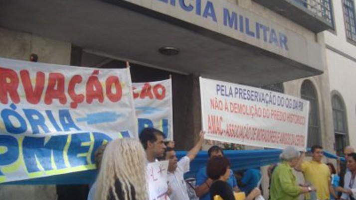 Protesto realiza abraço simbólico ao QG da PM