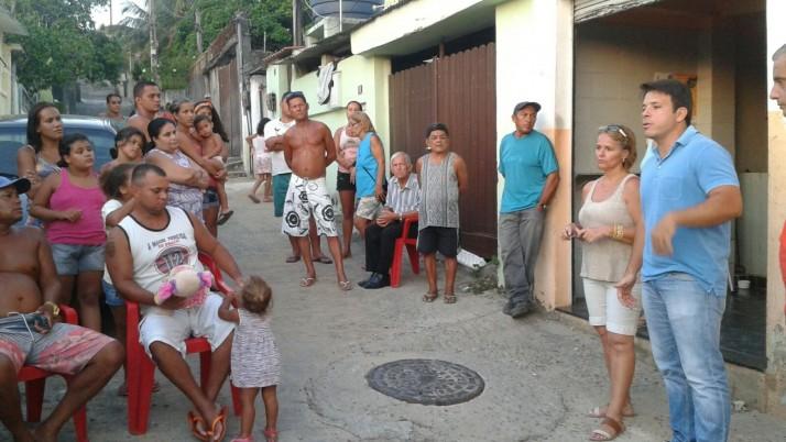Caiado visita moradores em Pedra de Guaratiba